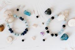 Bracelets faits de pierre et argent naturels La configuration plate avec s'abaisse et des accessoires photographie stock libre de droits