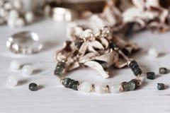 Bracelets faits de pierre et argent naturels La configuration plate avec s'abaisse et des accessoires photos stock