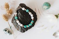 Bracelets faits de pierre et argent naturels La configuration plate avec s'abaisse et des accessoires photo libre de droits