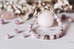 Bracelets faits de pierre et argent naturels La configuration plate avec s'abaisse et des accessoires photo stock