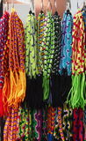 Bracelets faits main colorés d'amitié sur l'affichage Image libre de droits