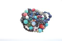 Bracelets faits main faits de pierres semi-précieuses et semi-précieuses photographie stock libre de droits