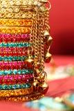 Bracelets indiens colorés. Photo stock