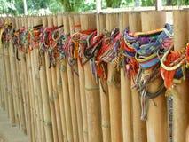 Bracelets laissés sur la barrière Surrounding Mass Graves aux champs de massacre photos stock