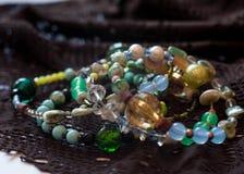Bracelets multicolores avec des perles photo libre de droits