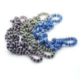 Bracelets pourpres verts bleus tissés dans des noeuds photo stock