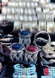 Bracelets traditionnels en métal sur le marché de la Tunisie Image stock