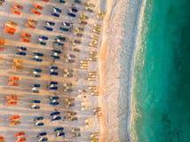 Brach med sunchairs och paraplyer i den grekiska ön Thasos, Aegean hav royaltyfri foto