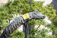Brachiosaurus-Dinosaurier-Kopf und langer Hals in den Bäumen Lizenzfreies Stockfoto