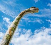 Brachiosaurus przeciw błękitnemu chmurnemu tłu Zdjęcie Royalty Free
