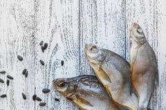Brachsenlüge mit drei Trockenfischen auf einem hellen Holztisch stockfoto