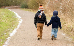 Bracia chodzi wpólnie wzdłuż kraju śladu Obraz Royalty Free