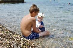 Bracia na plaży Obrazy Royalty Free
