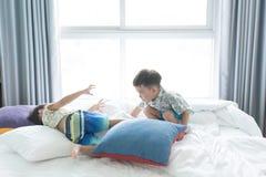 Bracia są skaczący i bawić się w ranku na łóżku obraz royalty free