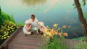 Bracia szepczą po łowić szczęśliwi dzieci po łowić Dzieci oglądają chwyta po łowić zbiory wideo
