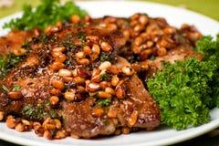 Braciola di maiale appetitosa con i nutlets del cedro Immagini Stock Libere da Diritti