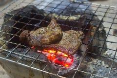 Braciola di maiale arrostita sulla griglia ardente Fotografia Stock