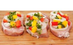Braciola di maiale grezza con le verdure Immagini Stock