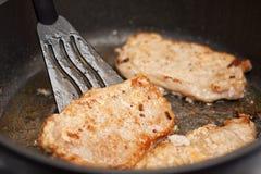 Braciola di maiale sulla vaschetta di frittura Fotografia Stock