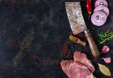 Braciole di maiale crude con lo spazio della copia fotografia stock