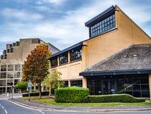 Bracknell, Berkshire Inglaterra 12 de outubro de 2018: Escritório do centro de cidade e construções e estrada comerciais fotos de stock
