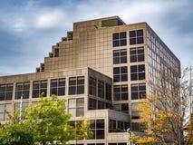 Bracknell, Berkshire Inglaterra 12 de outubro de 2018: O ouro moderno coloriu o prédio de escritórios com janelas foto de stock royalty free