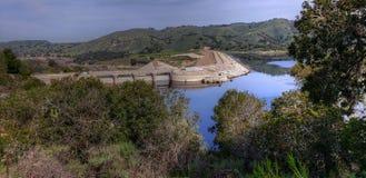 Bradbury επιφύλαξη και λίμνη Cachuma φραγμάτων στοκ φωτογραφία