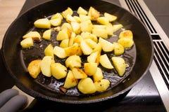 Bradende aardappels met rook in een pan Royalty-vrije Stock Foto