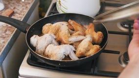 Bradende Kippenvleugels die in kokende olie voorbereidingen treffen - pan op brand stock videobeelden
