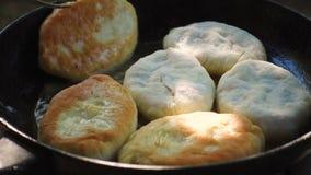 Bradende pastei op een pan stock videobeelden