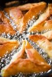 Bradende pastei op pan Stock Foto's