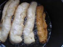 Bradende pasteitjes voor ontbijt stock video