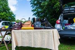 Bradford na Avon Wiltshire Maj 27th 2019 A stoiskowy sprzedawanie u?ywa? torebkach przy dzie? wolny od pracy buta samochodow? spr zdjęcie stock
