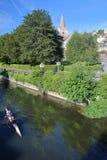 Bradford su Avon, Regno Unito - 13 agosto 2017: Remando sul fiume Avon con la chiesa di trinità santa nei precedenti Fotografia Stock Libera da Diritti
