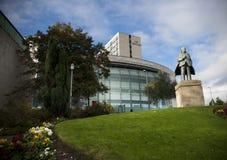 Bradford Yorkshire, UK, Oktober 2013, staty av appeller för JB Priestley, för författare eller för en inspektör utanför ing arkivfoton