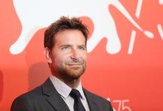 Bradley Cooper assiste al ` che una stella è nato ` fotografie stock