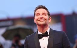 Bradley Cooper cammina il tappeto rosso fotografia stock