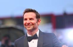 Bradley Cooper cammina il tappeto rosso fotografie stock libere da diritti