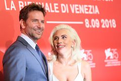 Bradley Cooper e signora Gaga fotografie stock