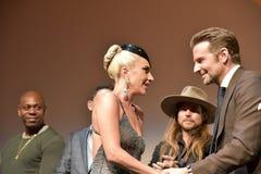 Bradley Cooper en Dame Gaga bij première van een Ster zijn Geboren bij Internationaal de Filmfestival 2018 van Toronto stock afbeelding