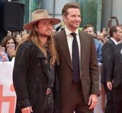Bradley Cooper och Lukas Nelson på premiären av en stjärna är födda på Toronto den internationella filmfestivalen 2018 arkivfoto
