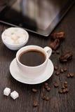 Braekfast por la mañana, taza de café sólo, en la etiqueta de madera Imágenes de archivo libres de regalías