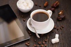 Braekfast w ranku, filiżanka czarna kawa na drewnianej zakładce, Fotografia Royalty Free