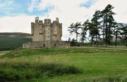 Braemar slott i den Cairngorms nationalparken i Grampian berg i Skottland royaltyfri bild