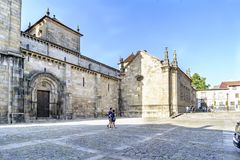 Braga, Portugal 14. August 2017: Seitliches Kirchenschiff der Kathedrale stockfotografie