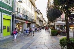 Braga, Portugal 14 augustus, 2017: Centrale commerciële straat met stock foto's