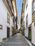 Braga, Portugal 14 augustus, 2017: Smalle steeg met kei royalty-vrije stock fotografie