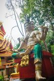 Brahma staty i den offentliga skogtemplet Brahma är en skaparegud i Hinduism och som visar i hinduisk iconography med fyra framsi arkivbilder