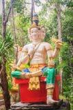 Brahma staty i den offentliga skogtemplet Brahma är en skaparegud i Hinduism och som visar i hinduisk iconography med fyra framsi royaltyfri fotografi
