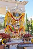 Brahman- Schrein verziert mit Girlanden von Blumen in Las Vegas Lizenzfreie Stockbilder